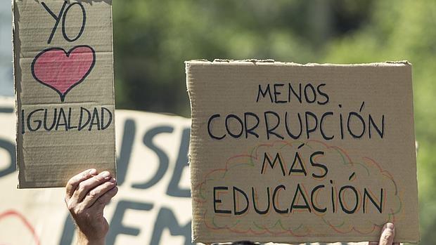 Unos 2.000 estudiantes universitarios se manifestaron ayeren Barcelona convocados por el sindicato minoritario Sindicato de Estudiantes contra la aplicación de la LOMCE y el nuevo sistema de grados de tres años más dos de máster