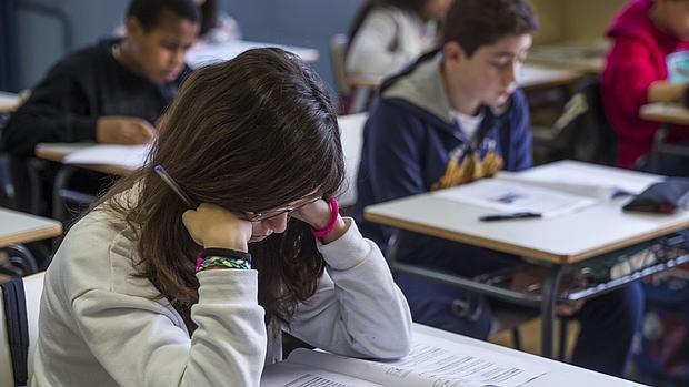 Alumnos del Colegio Palacio Valdés de Madrid realizando las pruebas de reválida que establece la Lomce