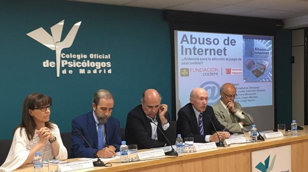 Los coautores del libro en la sede del Colegio Oficial de Psicólogos de Madrid