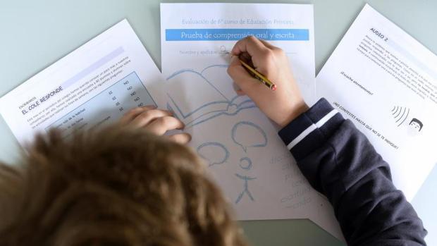 Un niño practica en su casa las pruebas de evaluación del Ministerio de Educación, Cultura y Deporte de 6º de Primaria