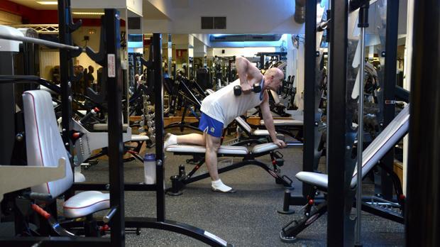 En la imagen un extranjero hace sus ejercicios en un gimnasio madrileño