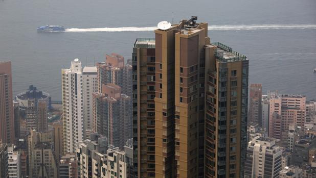 Un bloque de viviendas de lujo visto desde el el Pico Victoria, en la ciudad china de Hong Kong