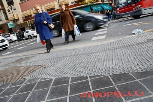 Paso de peatones en la avenida Barón de Cárcer en Valencia, donde se alerta de peligro de atropello