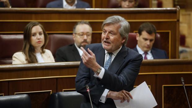 El ministro de Educación, Íñigo Méndez de Vigo, hoy en la sesión de control al Gobierno en el Congreso