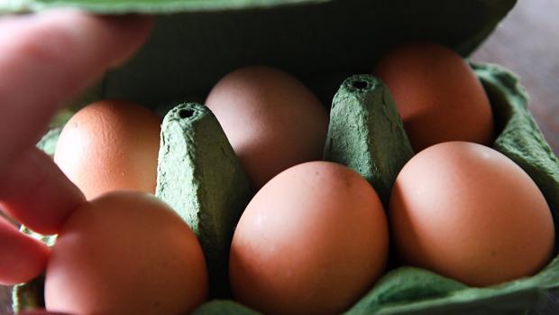 Vista de un cartón de huevos en un supermercado en Londres, Reino Unido