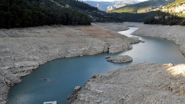El embalse de Uldecona, en Castellón, este febrero, por debajo de su capacidad y gravemente afectado por la sequía