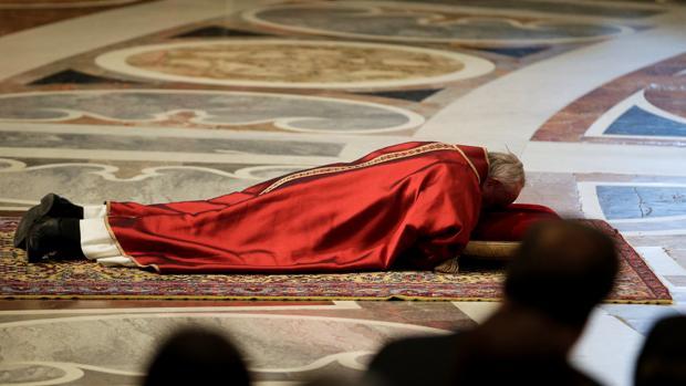 El Papa Francisco se postra por tierra en la Basílica de San Pedro