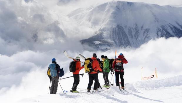 Equipos de rescate caminan en dirección al sitio de avalanchas en Obers Taelli sobre el Fiescheralp (Suiza)