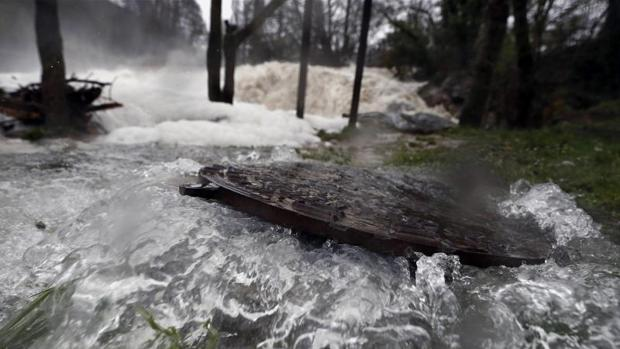 Aspecto que presenta la presa de la Trinidad de Arre, en Villava, donde el rio Ultzama ha experimentado una notable crecida tras las intensas lluvias de la últimas horas.