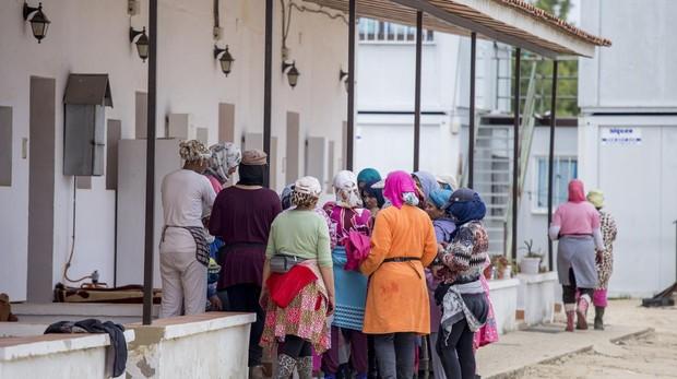 Trabajadoras fresas temporeras marroquies en las viviendas de una finca de fresas en Almonte