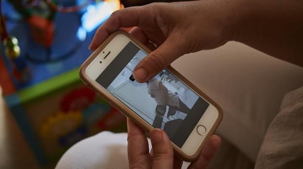 Josefa muestra una foto de la mujer que gesta a su hijo