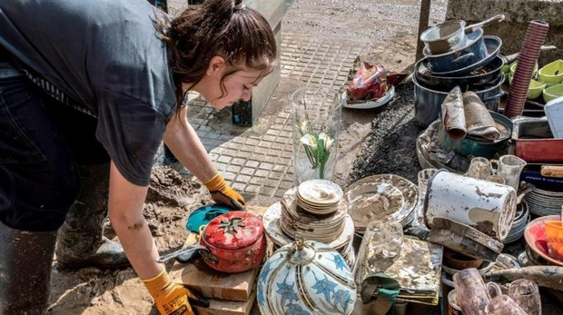 Una mujer limpia sus pertenencias hoy en San Llorenç, Mallorca
