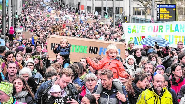 Miles de manifestantes participan en una manifestación sobre el cambio climático en Bruselas