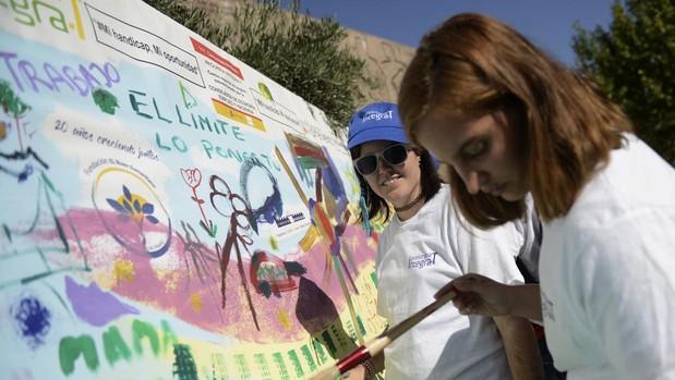 Direfentes asociaciones que trabajan con gente con discapacidad se unen en la plaza de Colón para pintar un mural