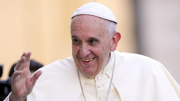 El papa Francisco saluda a su llegada al encuentro con miles de monaguillos en la Plaza de San Pedro en el Vaticano hoy 4 de agosto de 2015