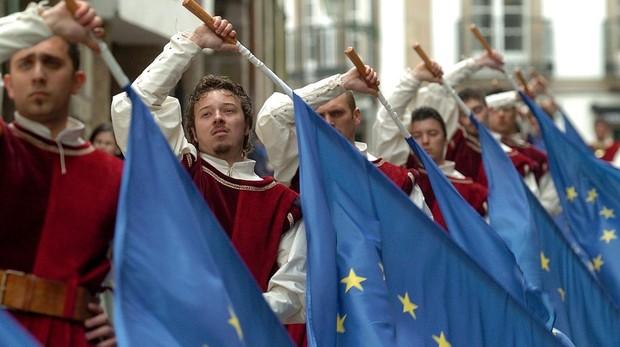 Imagen de archivo. El grupo italiano Sbandieratori e Tamburini durante su actuación con las banderas de la UE