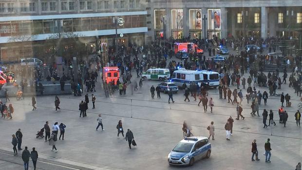 Presencia policial en la céntrica plaza Alexanderplatz de Berlín por la concentración