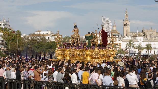 Imagen de la salida de un paso el Domingo de Ramos, en Sevilla