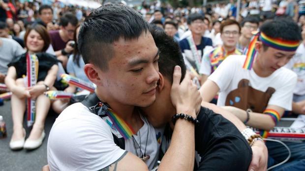 Dos integrantes de la comunidad LGBT se abrazan mientras celebran la decisión
