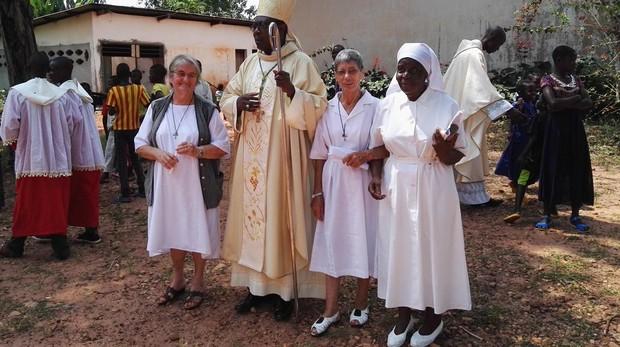 Sor Inés (derecha del obispo) en la aldea de Nola