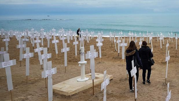 Imagen de archivo de cruces colocadas por las víctimas de violencia de género en Vinaroz