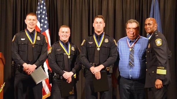Imagen de Mark Buede recibiendo la condecoración junto a cuatro agentes de policía