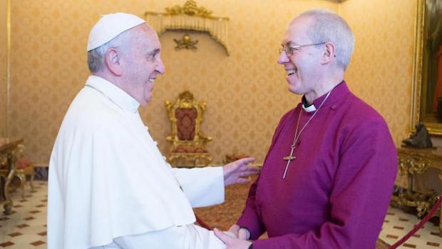 El Papa Francisco saluda al arzobispo de Canterbury Justin Welby en el Vaticano