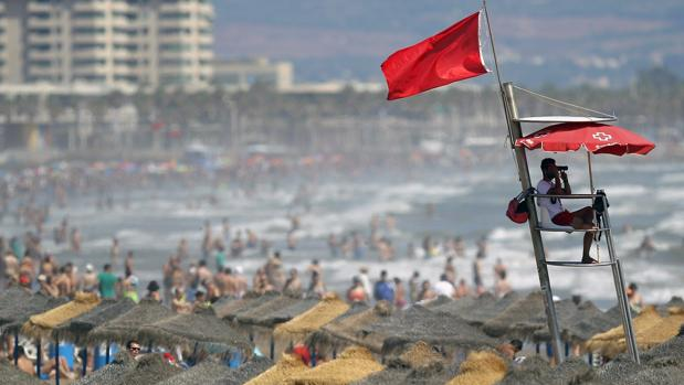 Un socorrista vigila la playa de la Malvarrosa de Valencia