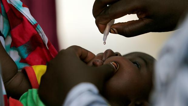 Un niño recibe la vacuna contra la polio