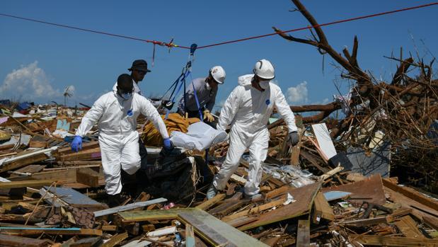 El personal de rescate saca un cadáver de los escombros