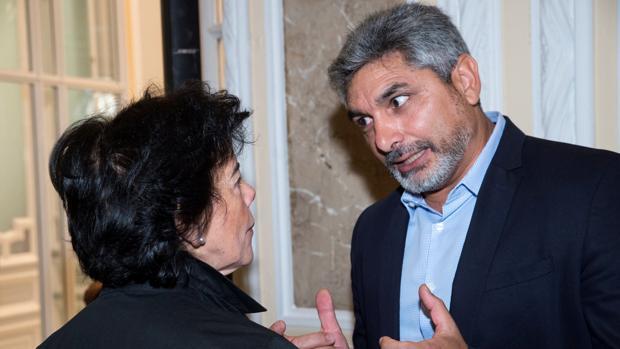 La ministra de Educación, Isabel Celaá, con el diputado del PP, Juan José Cortés