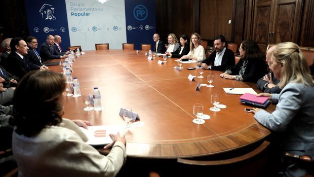 La portavoz parlamentaria del PP, Cayetana Álvarez de Toledo, ayer, con los rectores de las universidades