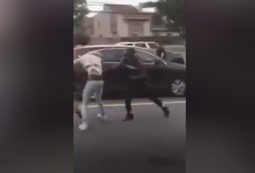 Momento de la pelea en que varios chicos derriban a Morris