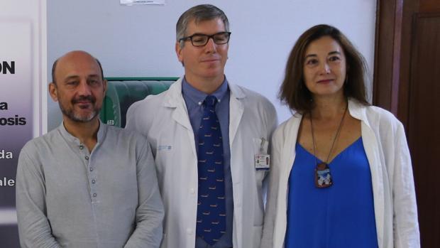 Javier Bonet, junto al doctor Juan Manuel Espejo, psicólogo clínico del Hospital Doce de Octubre, y su esposa, Remei
