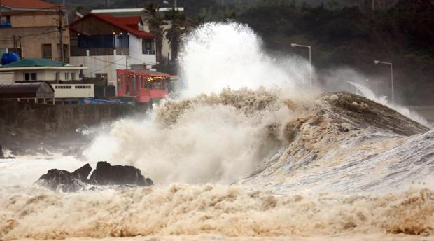 Grandes olas rompen a las orillas de Corea del Sur, por el paso de un reciente tifón, el Mitag. Japón se prepara ya para Hagibis