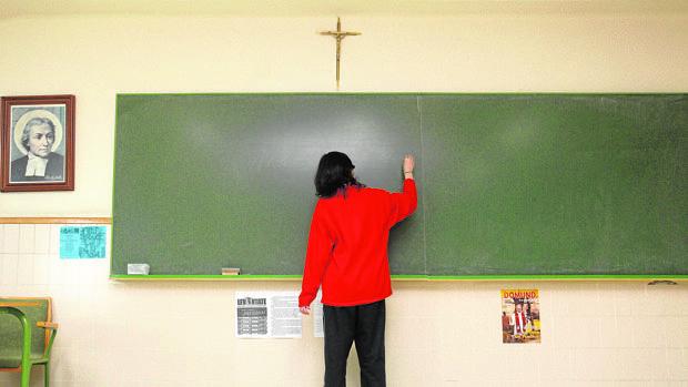 Un profesor de Religión imparte la clase en un colegio concertado