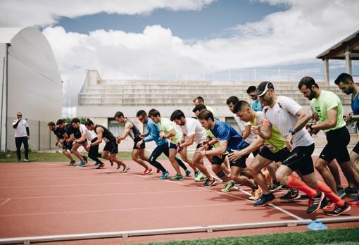 Los opositores entrenan en la pista de atletismo