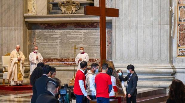 El Papa Francisco durante la entrega de la Cruz de la JMJ a los jóvenes portugueses