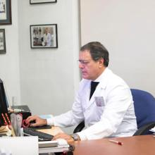 El doctor Llopis, en su despacho