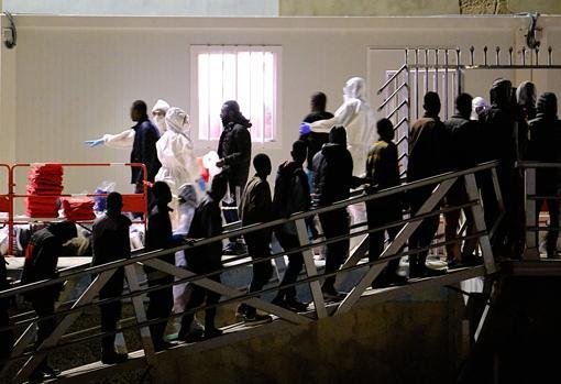 Un grupo de migrantes esperan ser atentidos tras ser rescatados en el momento en el que se dirigían en lanchas a Fuerteventura