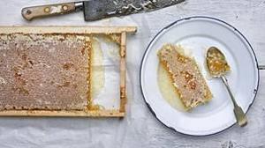 La delicia de tomar miel directamente del panal