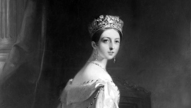 La reina Victoria de Inglaterra luce una de sus lujosas tiaras