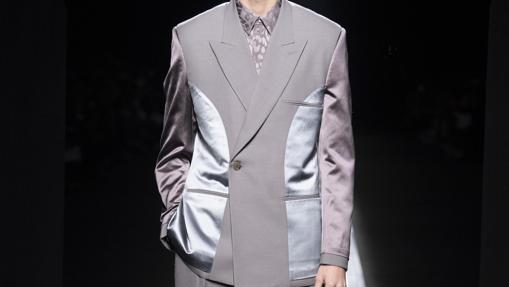 Traje de chaqueta con botonadura cruzada simple