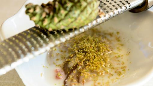 Ceviche de boletus con ralladura de piña verde de pino, un plato de La Lobita
