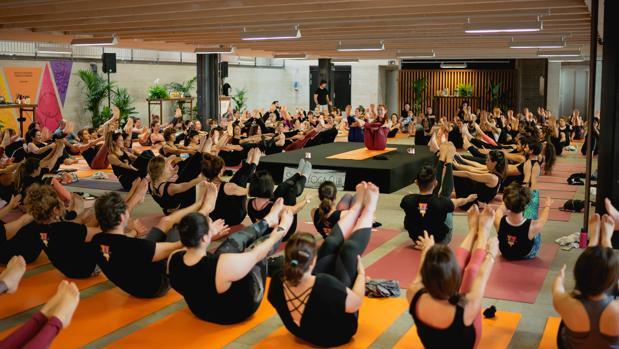 Sesión de yoga y kombucha en el Coam de Madrid.