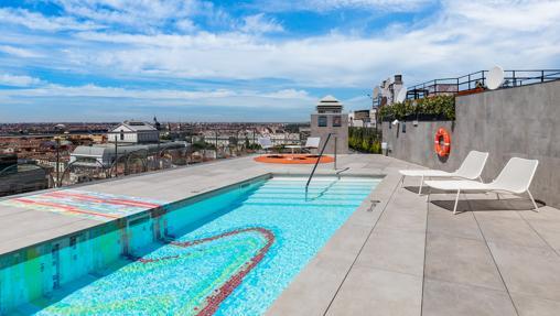 La piscina de la terraza del hotel Aloft Madrid