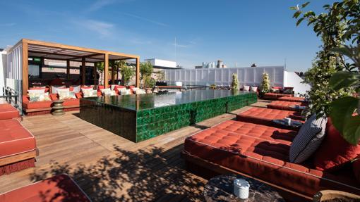 La piscina de la terraza Picos Pardos en Hotel Bless Madrid