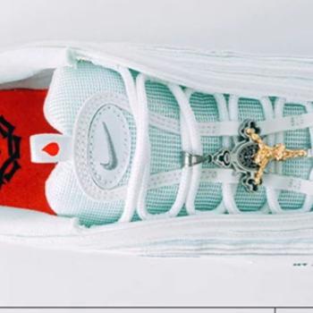 bandera nacional Comerciante itinerante Haz un experimento  Jesus Shoes: las zapatillas Nike con agua bendita de 3.621 euros