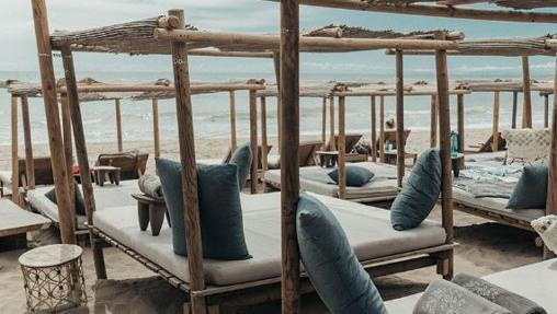 Zona de camas balinesas en La Plage Casanis