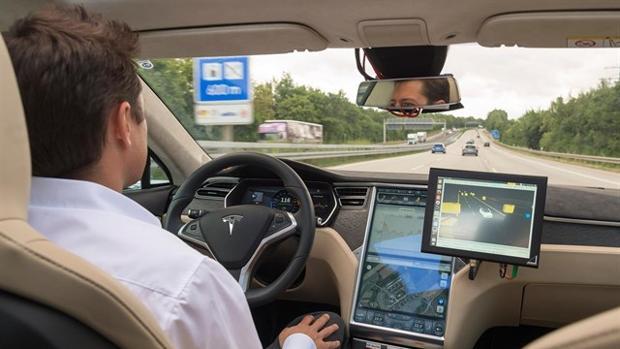 Detalle de un coche de Tesla con conducción asistida
